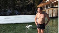 Bagno nella neve per sfidare Salvini: Calenda pubblica foto in