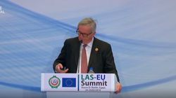 Il cellulare squilla in continuazione, Juncker si rassegna:
