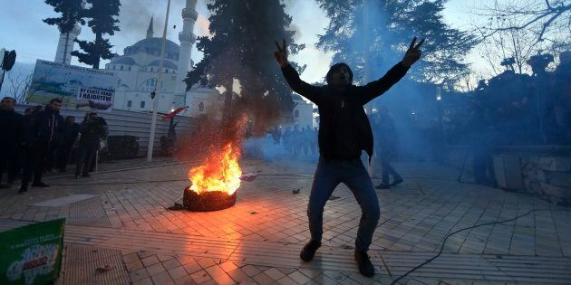 Scontri davanti al Parlamento albanese. Manifestanti tentano di