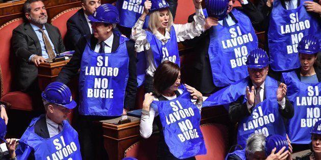 Decretone, ok del Senato, passa alla Camera. In Aula Casellati fatica a contenere Taverna e Forza Italia