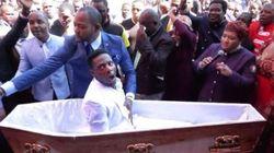 Un pastore sudafricano dice di resuscitare i morti. Le imprese di pompe funebri lo