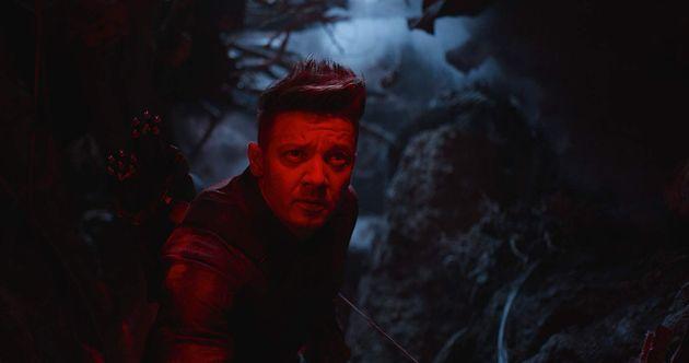 Gavião Arqueiro/Ronin (Jeremy Renner) surpreende ao ganhar um bom espaço na trama, mesmo...