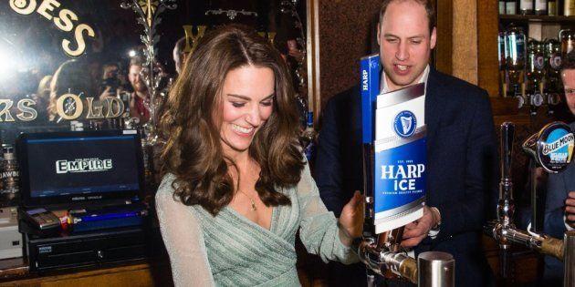 Kate si diverte a spillare birra con William e si conferma vera