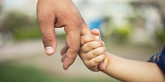 Deve curare i figli gravemente malati, i colleghi della Città della Salute di Torino gli regalano le...