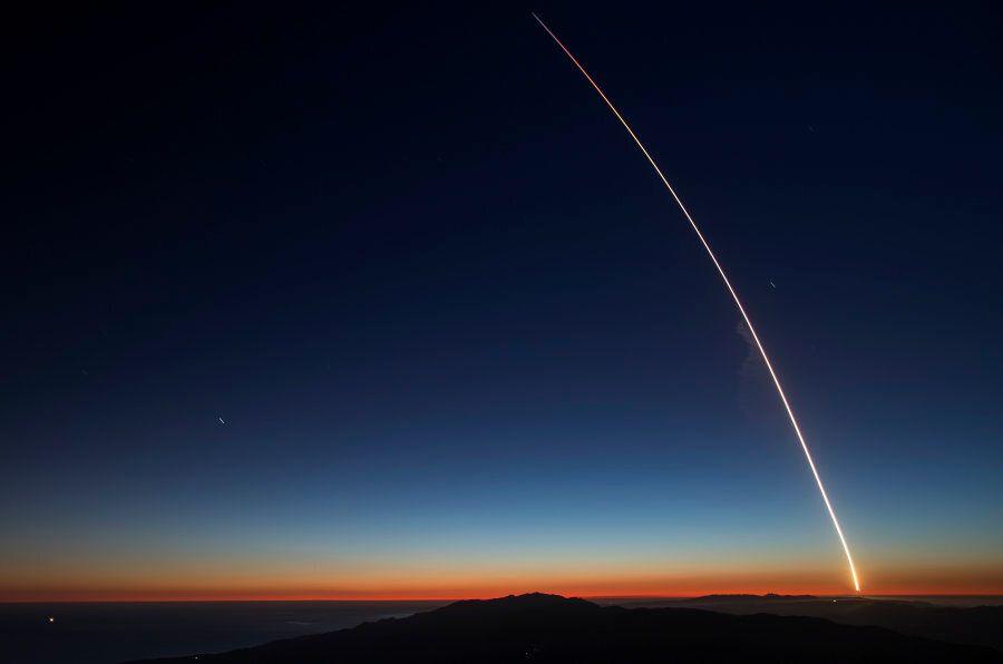 Falcon 9 illumina il cielo della California. È il primo razzo Space X utilizzabile più