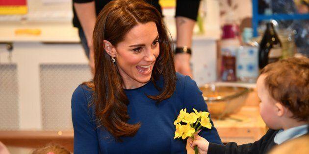 Kate gioca con un bimbo e il padre scherza: