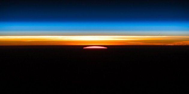 Alba in orbita. Le foto scattate dalla stazione spaziale lasciano senza