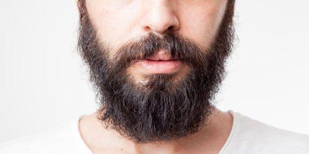 Rifiuta di radersi la barba e perde il reddito di