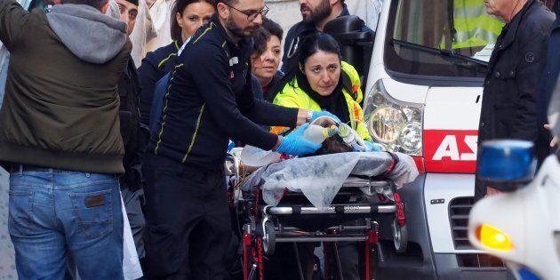 Bimbo cade da carro carnevale in centro a Bologna,