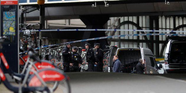 Tre pacchi bomba nella metro e negli aeroporti di Londra, si indaga per terrorismo. Non ci sono