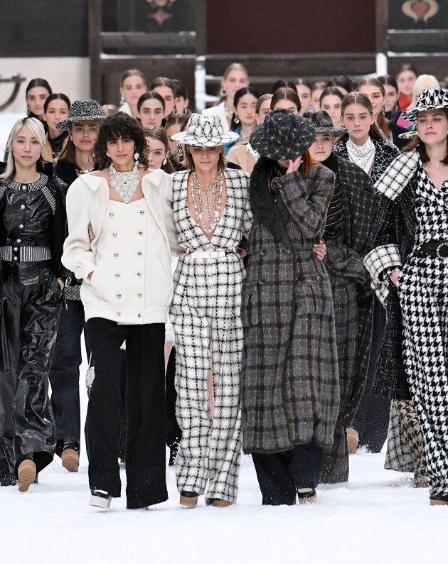 Le lacrime delle top model all'ultima sfilata Chanel firmata Karl