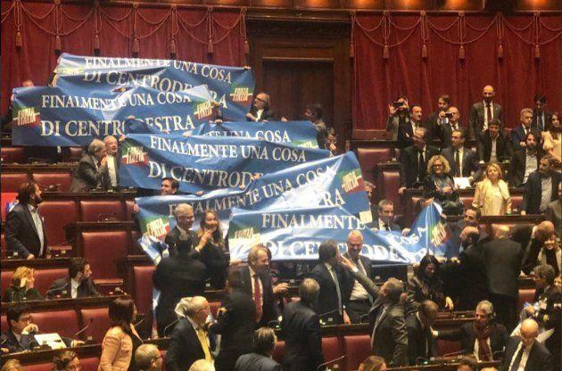 Deputati di Forza Italia espongono striscioni: