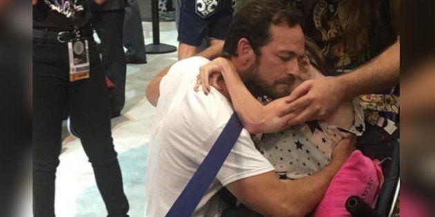 Quando Luke Perry sfidò la calca del Comic-Con per abbracciare una fan