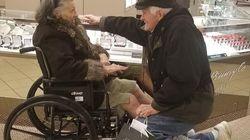 Dopo 65 anni di matrimonio, si inginocchia e chiede alla moglie malata di