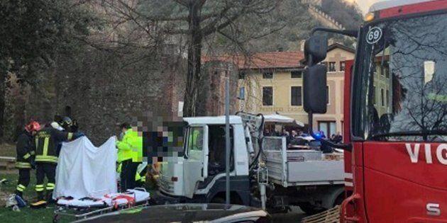 Camion travolge bimbo nel passeggino e fugge. Amputata parte della