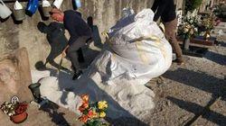 Niente fossa per la bara della suocera: il genero scava al cimitero.