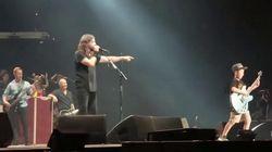 I Foo Fighters invitano il bambino sul palco. Lui suona un pezzo dei Metallica e fa scatenare