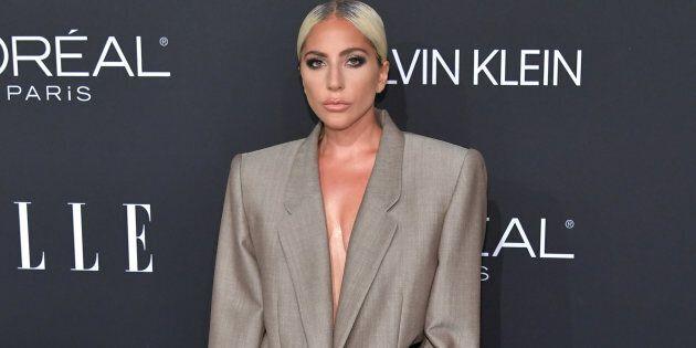 Lady Gaga rivela il potente messaggio nascosto dietro al suo outfit (e non riesce a trattenere le