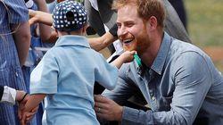 Il bimbo fa le coccole ad Harry. La reazione del principe vi scioglierà il