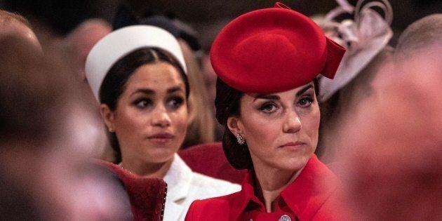 Meghan e Kate si baciano davanti ai fotografi. La moglie di Harry si commuove, la duchessa di Cambridge...