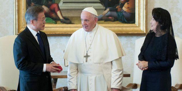Il papa riceve il presidente della Repubblica di Corea del Sud. Nella foto Moon Jae-in, papa Francesco,...