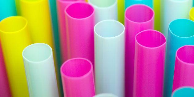 Il governo inglese pianifica di vietare l'uso di buste di plastica, cannucce e cotton-fioc entro un