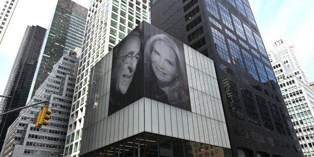 Affigge foto gigante con la nuova moglie sul grattacielo per vendicarsi dell'ex. La risposta di lei è...