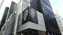 Affigge foto gigante con la nuova moglie sul grattacielo per vendicarsi dell'ex. La risposta di lei è da