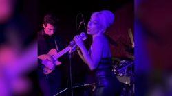 Lady Gaga si esibisce a sorpresa in un jazz club sulle note di Frank Sinatra e stupisce