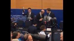 Il leghista Ciocca calpesta le carte di Moscovici sotto gli occhi increduli del commissario
