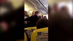 La passeggera si toglie le scarpe e scoppia la rissa: aereo costretto a cambiare