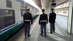 Si lancia dal treno in corsa forse per sfuggire ai controlli, morto un uomo sulla