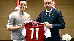 Mesut Ozil fa infuriare di nuovo i tedeschi: Erdogan sarà suo testimone di