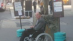 Nessuno fa entrare il disabile sul bus. L'autista caccia tutti e fa salire solo