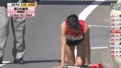La maratoneta si frattura la gamba, ma non si ferma: arriva al traguardo a