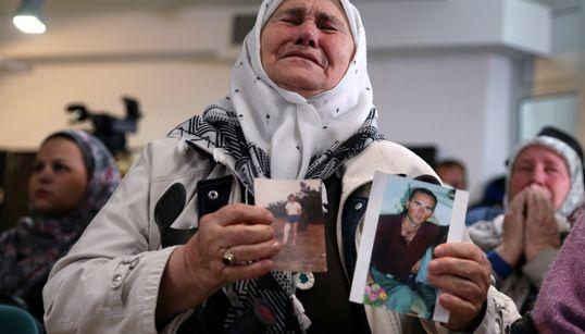 Il pianto di gioia delle madri di Srebenica, dopo l'ergastolo a