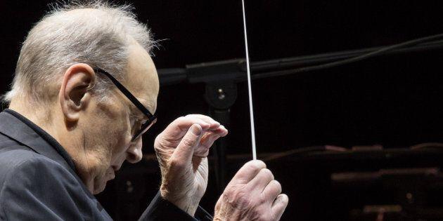 Standing ovation per il maestro Ennio Morricone alla Scala. Lui, visibilmente commosso, ha ringraziato...