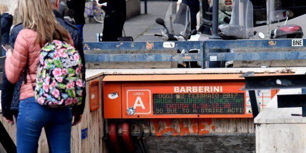 Cede un gradino della scala mobile: paura nella metro Barberini di