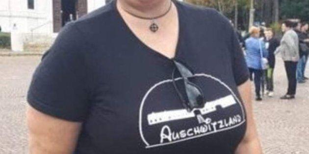 Selene Ticchi, militante di Forza Nuova, indossa una maglietta con la scritta