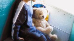Bimbo di 3 anni dimenticato sullo scuolabus per ore: la mamma rompe il vetro e lo