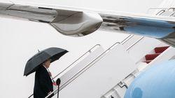 Trump continua la sua personale battaglia con l'ombrello (ed alcuni ipotizzano un significato al suo