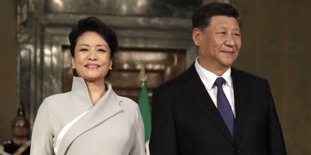 L'eleganza della first lady cinese Peng Liyuan incanta. Soprano e cantante folk, l'unione con Xi è una...
