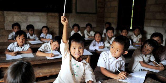 Una bambina alza la mano nella scuola elementare di Yay Cho, nello stato dello Shan,
