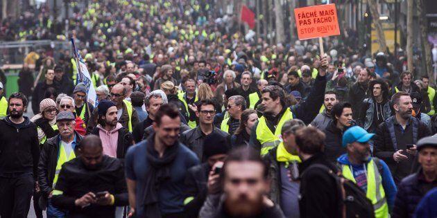 Gilet gialli, atto 19: scontri a Parigi tra polizia e alcuni