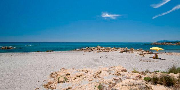 Vandali deturpano con bombolette spray una delle spiagge più belle della