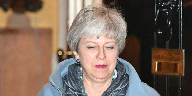 Theresa May convoca i Tory sul caos Brexit: voci di dimissioni della