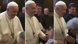 Il video del Papa che evita il baciamano dei fedeli è