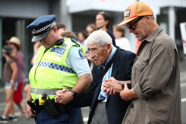 Veterano 95enne prende quattro autobus per partecipare a corteo anti-razzista in Nuova