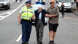 95enne prende quattro autobus per partecipare a corteo anti-razzista in Nuova