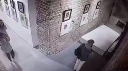 Ragazze russe danneggiano un quadro di Dalì per scattare una